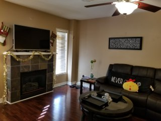 Furnished 4BR cls to GO, Hwy - free parking, WIFI