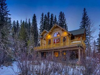 Ski-in/ski-out on 4 O'clock Run; spacious, custom-built 4 bedroom with views!