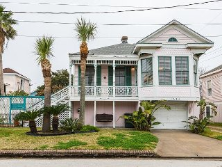 Updated 3BR in Historic District w/ Lounge, Wet Bar & Yard - Walk to Beach