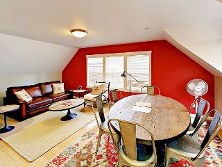 The Annex: 4BR Townhome Near Bakery, Cafes, Wine Bar & Theatre
