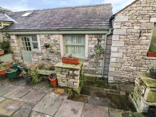 COURTYARD COTTAGE, WiFi, lawned garden, fantastic walking base, Kendal, Ref