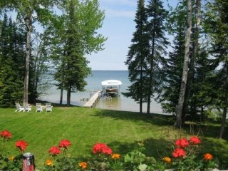Cozy Cottage on  Mullett Lake. Dock/ boat hoist/pets. Professionally cleaned