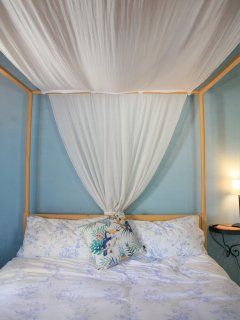 ..with a yellow baldacchino and linen cover make a romantic bed...