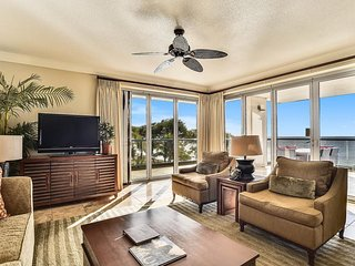 Oceanfront with a view plus a gourmet kitchen & shared pools/hot tub!