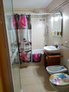 Baño con ducha doble