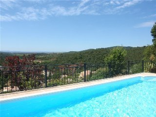 Villa for 8 people with swimming pool and sea view.