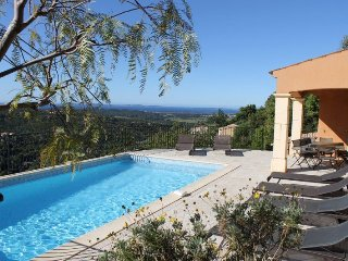 Villa 8 people with pool and sea view.