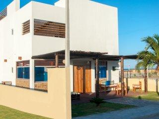 Condominio com piscina de frente para o mar!