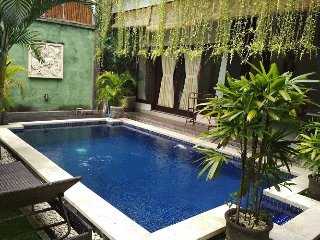 LEGIAN 3 Bed Villa - 10 min walk beach - Heart Legian - Sleeps 8 - kubukubu