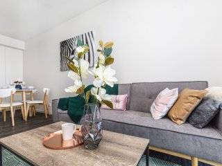 2Mins to Brisbane CBD | Funky Style 1Bed+CAR SPACE