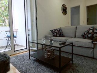 Spacious Jardin des Etoiles  apartment in Alameda with WiFi & private terrace.
