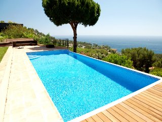210999 4-bedroom villa, full sea view, heated pool, airco, sea & centre 1 km