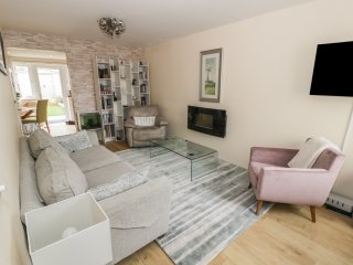 LUCY'S COTTAGE, sea views, open-plan living, WiFi, Ref 972214