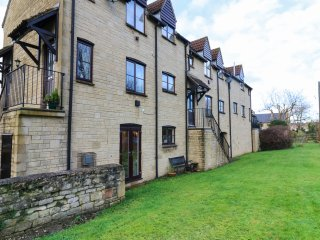 11 THE MALTINGS, canal views, en-suite bedroom, pet friendly, in Bradford-on-Avo