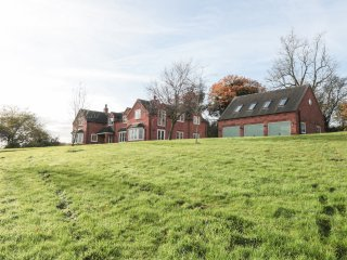 BRICK KILN APARTMENT, open plan, countryside, quiet location, in Newborough