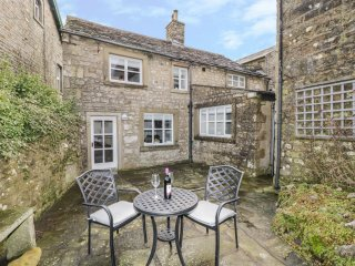 GREEN SMITHY COTTAGE, wood burner, exposed beams, local attractions, in Bentham,