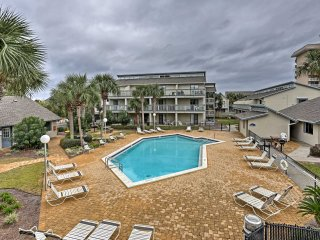 Breezy Panama City Beach Condo - Steps to Sand!