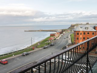 CAIRNS VISTA, seafront apartment by beach and amenities, Whitby Ref 918423