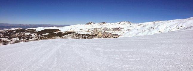 Pistas de esquí con la urbanización al fondo