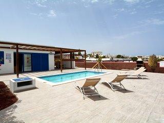 Playa Blanca Villa Sleeps 4 with Pool and WiFi - 5630253