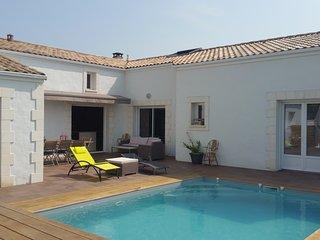 Villa grand confort. Piscine chauffee. Terrain de petanque. 10 Minutes de la mer