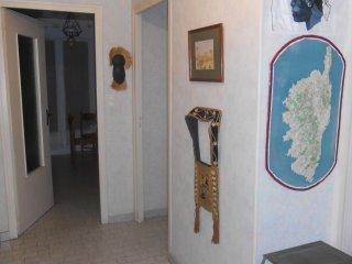 Le hall d'entrée, muni d'une carte en relief de la Corse.