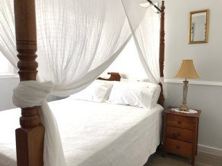 Coconut Cottage- Close to beach, restaurants & cafes, free Wifi.