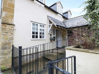 2 THE OLD CURIOSITY SHOP, dog-friendly, in Cotswolds AONB, amenities walking