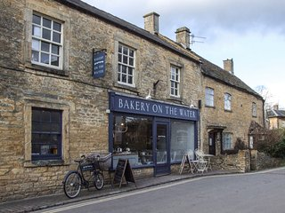 2 THE OLD CURIOSITY SHOP, dog-friendly, in Cotswolds AONB, amenities walking dis