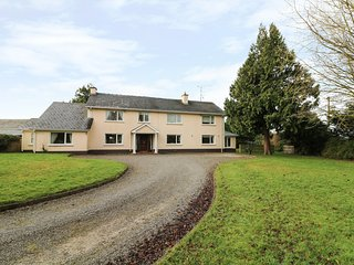 THE ANNEXE, ground floor bedroom, Drogheda 4 miles, pet-friendly, Ref 971421