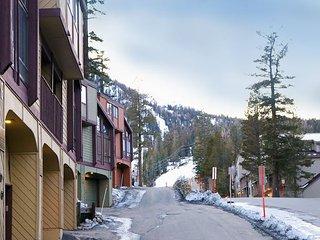 2BR Condo w/ Pool, Hot Tub, Private Balcony & Garage - Walk to Canyon Lodge
