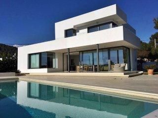 villa minimalista con piscina y vistas al mar