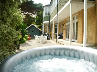 Lyon Court - Luxury Garden Apartment with pool, sauna and private hot tub
