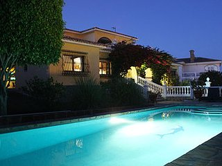 Rustic Spanish 6-Bed Villa perfect for 2 families, Salt Water Pool, WIFI/BBQ/BAR