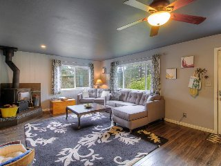 Cozy cottage w/ private hot tub - near the river and town, dogs are welcome!
