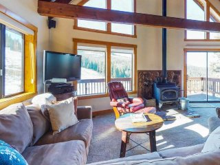 Sunny home w/deck, ski & mt. views, ski in/out, shared pools, hot tubs and more!