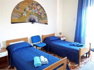 Camera con due letti singoli.