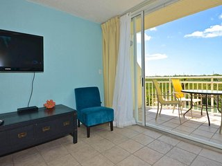 Dog-friendly condo w/ scenic views, shared pool & hot tub, balcony & parking
