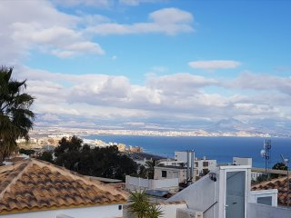 'Delacolina' 2 bed apartment - stunning views overlooking Alicante Bay