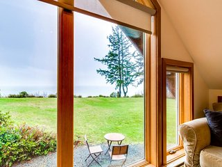 Cozy oceanfront cottage w/ marvelous ocean views & nearby beach access