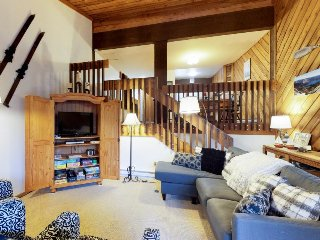 All-seasons condo w/ deck - walk to shared pool/hot tub & Huntington Lake!