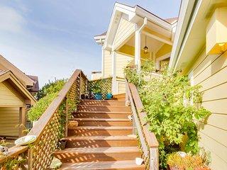 Sunny, romantic condo w/ balcony & ocean views - near downtown, trails & beaches