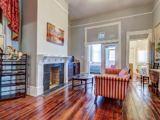 Dog-friendly Victorian townhouse w/ porch & deck, 2 blocks from Forsyth Park!