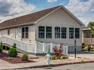 Spacious home w/ community pools, tennis, & docks - ADA compliant