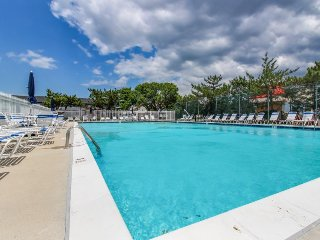Comfortable condo w/ shared pool & tennis - walk to the beach!