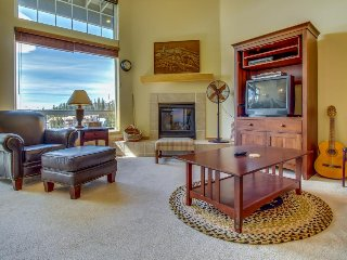 Dog-friendly home w/ trail access, gorgeous views & shared hot tubs!