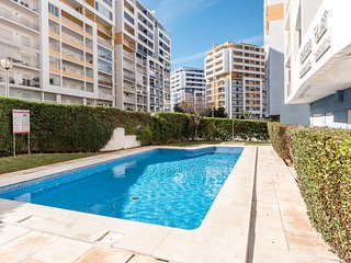 Nuno´s place between city and beach (WIFI/Pool/2balconies)