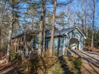 THE SANCTUARY- 3 BEDROOM 2 BATH CABIN WITH LAKE BLUE RIDGE ACCESS!