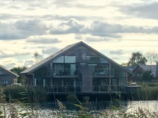 Cotswold Water Park Retreat Waters Edge, hot tub, lakeside living