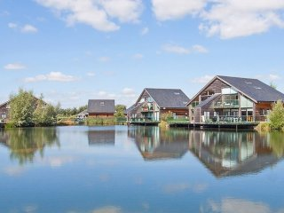Cotswold Water Park Retreat - Waters Edge, hot tub,free fishing,directly on lake